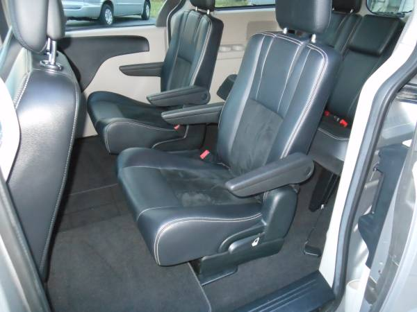 2017 Dodge Caravan interior mid